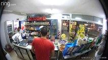 Ladrão tenta assaltar loja de conveniência mas dispara sobre si mesmo