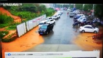 Ce glissement de terrain emporte toutes les voitures sur le parking