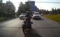 Ce motard va regretter d'avoir laissé un piéton traverser !