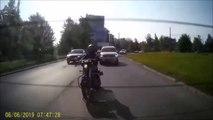 Ce motard laisse passer un piéton mais va vite le regretter