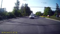 Un motard percuté par une voiture à un passage piéton