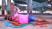 Stacy jouer à faire semblant avec papa sur la plage