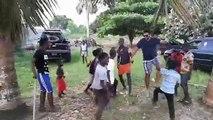 Ce touriste danse joyeusement le Dabkeh avec un groupe d'enfants. Admirez !