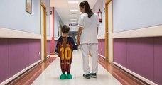 Cet hôpital redonne le sourire aux enfants patients en remplaçant leur blouse par des maillots de football