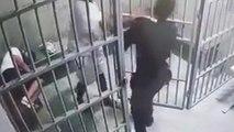 Un prisonnier très agressif s'en prend à son compagnon de cellule et met une grosse gifle au gardien