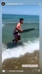 Romain Ntamack fait du surf sur le bouclier de Brennus
