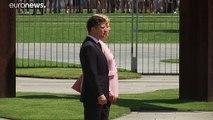 Regardez l'image impressionnante d'Angela Merkel prise soudainement de tremblements alors qu'elle assiste à une cérémonie officielle