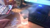 Il met un morceau de Lithium dans un verre d'eau mais ne s'attendait pas à une telle réaction