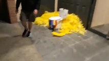 Colocan lazos amarillos y un váter con una estelada en la casa del líder de los Mossos por la República