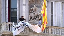 Torra quita los lazos amarillos y los sustituye por una pancarta a favor de la libertad de expresión
