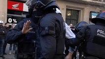 Los Mossos desalojan a los CDR que bloquean la Fiscalía de Barcelona
