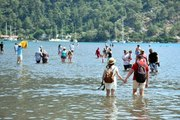Deniz üstünde yürünüyor hissi veren Kızkumu'na turistler akın ediyor