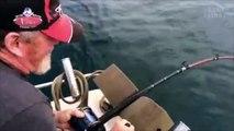 Er will bloß seinen Fisch aus dem Wasser ziehen und erlebt den Schock seines Lebens!