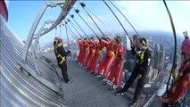 Reciben la nacionalidad canadiense colgados en el borde de un rascacielos