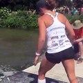 Impressionnant : elle court sur des troncs d'arbres dans l'eau !