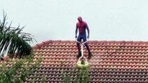 Quand Spiderman se met à nettoyer son toit de maison !
