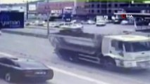 Direksiyon başında fenalaştı, elektrik direğine çarptı...Kaza anı kamerada