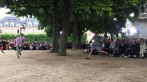 PFW : le défilé Homme Plissé Issey Miyake, acrobaties dans le jardin de la Place des Vosges