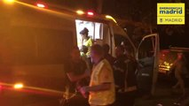 Los bomberos rescatan a dos ancianos que estaban atrapados por las llamas en su casa en Madrid