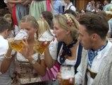 Litros de cerveza inauguran el Oktoberfest