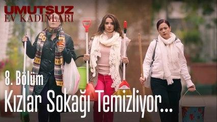 Kızlar sokağı temizliyor... - Umutsuz Ev Kadınları 8. Bölüm