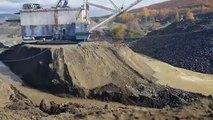 Regardez comment cette immense machine de construction a été déplacée de la dune de sable