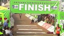 Un coureur kényan aide son adversaire à franchir la ligne d'arrivée de la course