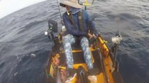 Un pécheur en kayak se fait surprendre par un grand requin blanc