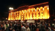 - Gürcistan'da tansiyon dinmiyor- Gürcistan'da binlerce kişi Parlamento binası önünde toplandı