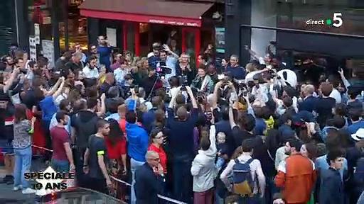 """Regardez Alessandra Sublet, Anne-Elisabeth Lemoine et Anne-Sophie Lapix qui vont dans la rue avec le chanteur M pour fêter les 10 ans de """"C à vous"""" – Vidéo"""