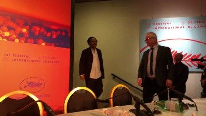 Alejandro González Iñárritu y el jurado entran a sala de conferencias