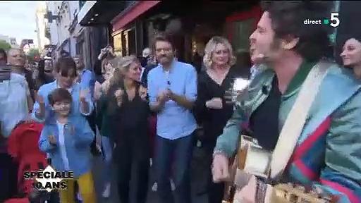 """Regardez Alessandra Sublet, Anne-Elisabeth Lemoine et Anne-Sophie Lapix qui vont dans la rue avec le chanteur M pour fêter les 10 ans de """"C à vous"""""""