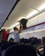 Régis essaye de mettre une valise dans un compartiment