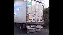 Des mécaniciens réparent un camion en route