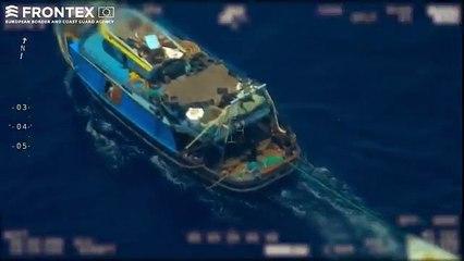 Un bateau de passeur débarque des migrants sur un canot et le laisse dériver