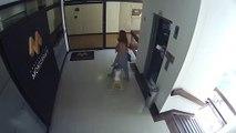 Une maman sauve sa fille d'une chute dans une cage d'escalier