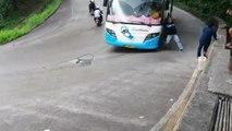 Un homme saute d'un bus dont les freins ont lâché en pleine descente