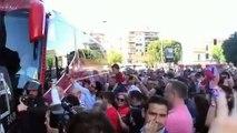 Salida del Sevilla hacia el Sánchez-Pizjuán en el derbi ante el Betis
