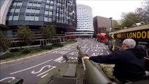 Ils conduisent un char d'assaut à Londres au milieu des touristes