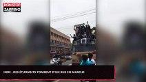 Inde : Des étudiants tombent d'un bus en marche (Vidéo)
