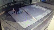 Surpris par le vent, cet homme a fini enroulé dans un tapis