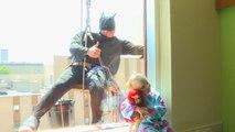 Batman nettoie les vitres d'un hôpital pour enfants