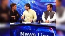 Violenta pelea entre político y periodista en la televisión de Pakistán
