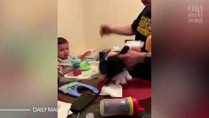 La horrible técnica de estos padres que golpean los animales de peluche de sus hijos para que coman