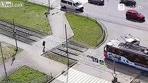 Assommé par un tramway en traversant sans regarder !