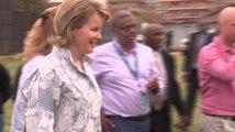 La reine Mathilde joue au football au Kenya
