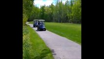 Il met un grand coup de frein en voiturette de golf pour faire une blague à son ami... Douloureux