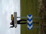 Moi qui fait la conne sur un panneau de direction de route