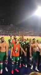 شاهد إحتفال لاعبي منتخب الجزائر بعد الفوز على السنغال مع الجماهير