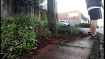 Carro atinge poste no Bairro Interlagos, em Cascavel